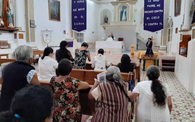 Unidos en comunidad rezan el Rosario
