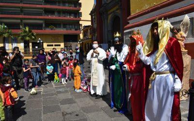 Reciben niños bendición en festividad de la Epifanía del Señor