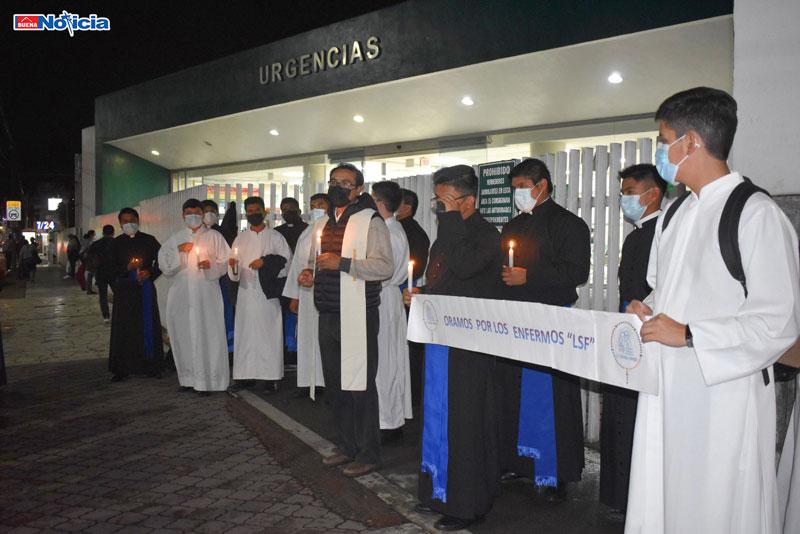 Oran seminaristas por enfermos frente al Hospital del IMSS